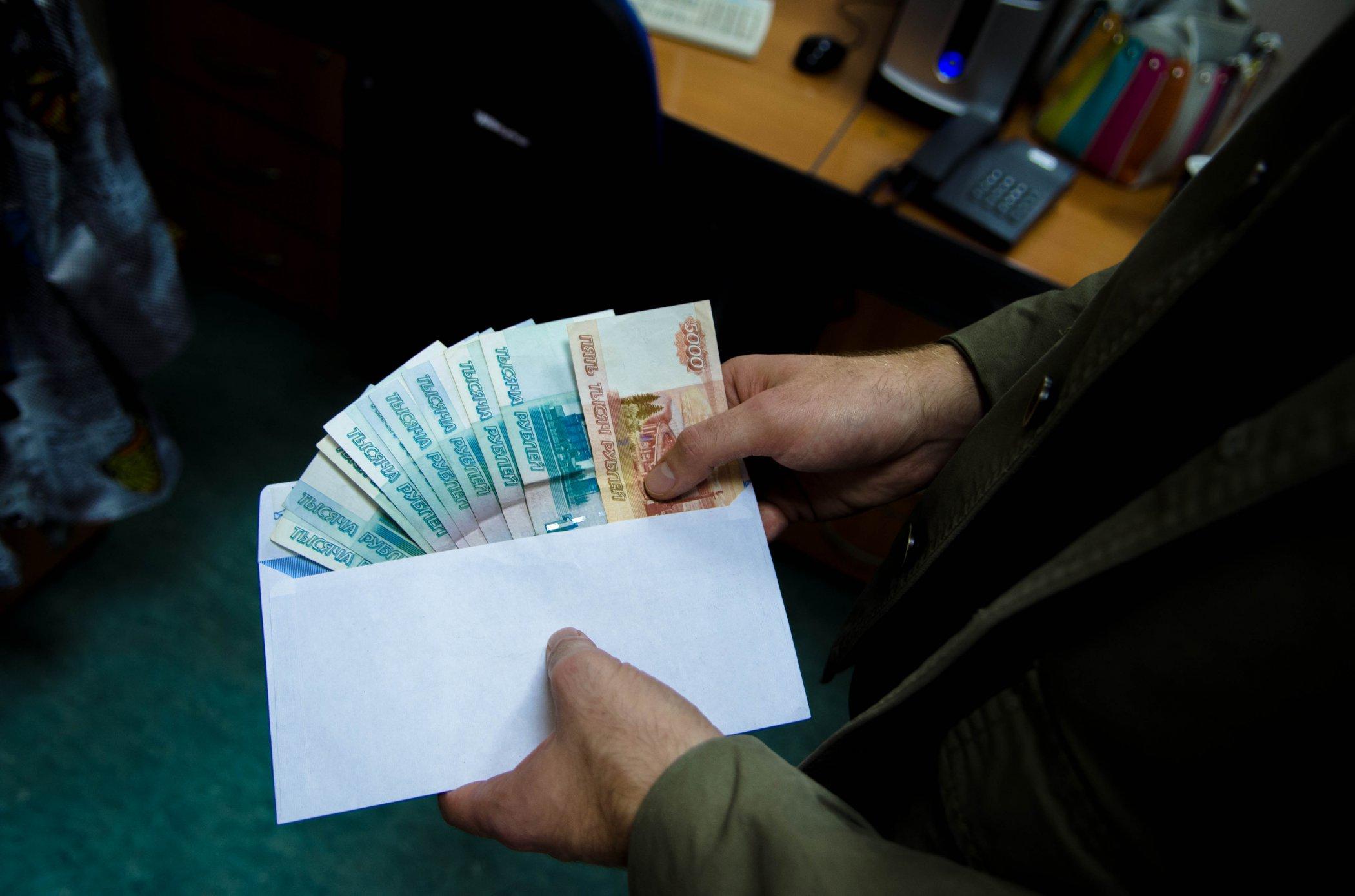 Новгородского депутата задержали в Москве при получении двух миллионов долларов